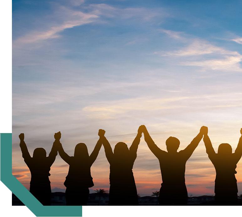 les partenaires cunicoles d'Hypharm se tiennent les mains avec les bras en l'air